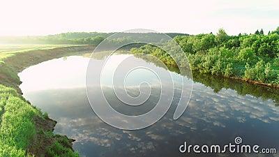 Latające nad rzeką i zielonym lasem w słoneczny letni dzień, niebo odbijające się w wodzie zbiory wideo