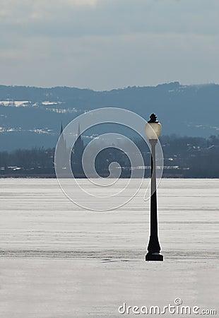 Laternenpfahl und gefrorener See