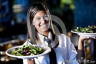 Latinamerikanska restaurangsallader som tjänar som servitrisen