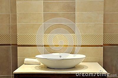 Lavabo del agua bajo iluminación