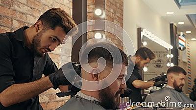 Lavadora de pelo con tejedor eléctrico para hombre barbudo de corte de pelo en peluquería Hairstylist con recorte para brutales almacen de metraje de vídeo