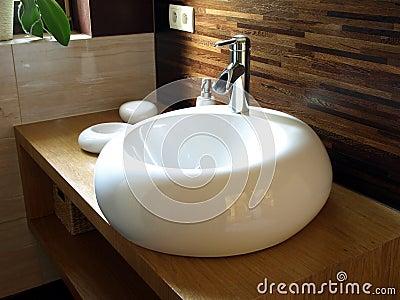 Lavandino rotondo in un bagno moderno immagini stock for Lavandino bagno moderno