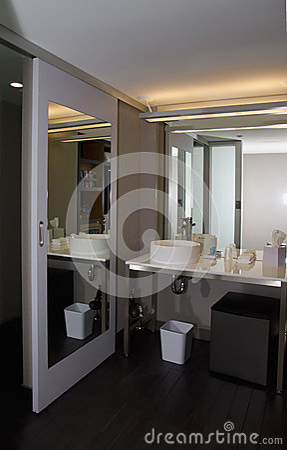 Lavandino rubinetto e contro moderni della ciotola del bagno fotografia stock libera da diritti - Rubinetto lavandino bagno ...
