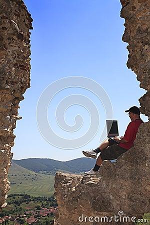 Lavorando ad un computer portatile