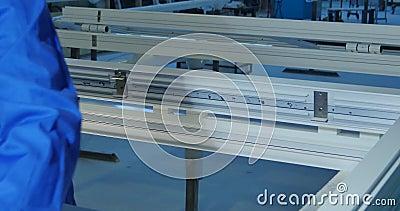 Lavoratore manuale che monta le porte e le finestre del PVC Lavori di fabbricazione Fuoco selettivo Fabbrica per alluminio ed il  video d archivio