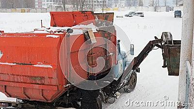 Lavori le automobili dell'immondizia nell'inverno Caricamento stesso dell'automobile di trasporto dell'immondizia archivi video