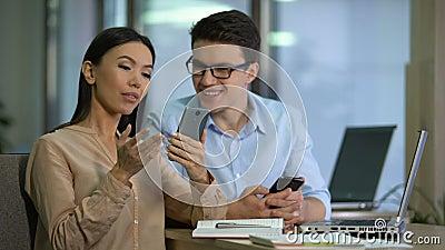 Lavoro sperimentale di due rivenditori di nuovo app mobile sullo smartphone, ingegneria del software archivi video