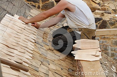 Laying wooden roof tiles