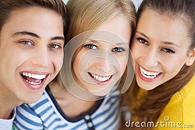 Lächeln mit drei jungen Leuten