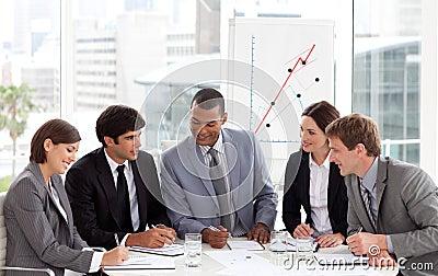 Lächelnde Geschäftsleute, die Verschiedenartigkeit zeigen