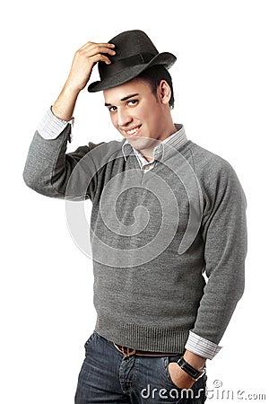Lächelnder attraktiver junger Mann, der schwarzen Hut trägt