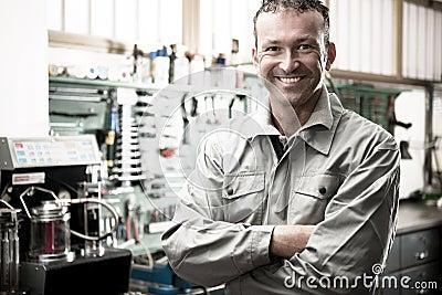 Lächelnder Mechaniker