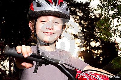 Lächelnder Radfahrer an der Dämmerung