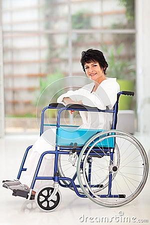Åldrig kvinna för rörelsehindrad en mitt