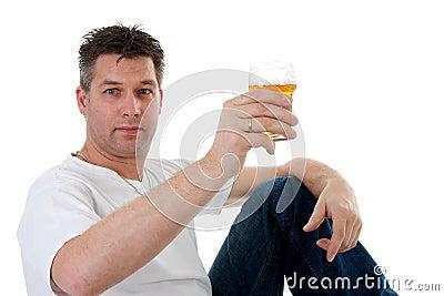 Le acclamazioni, uomo sta tostando con la birra