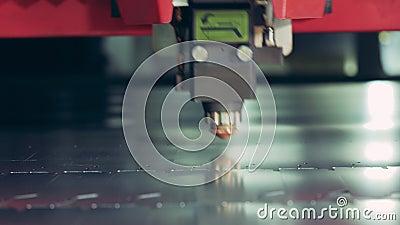 Le apparecchiature laser stanno facendo piccoli tagli su un foglio di metallo stock footage