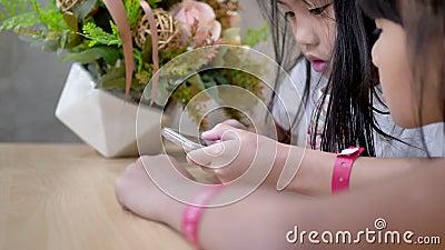 Le bambine usano lo smart phone a casa, videografia Daily lifestyle stock footage