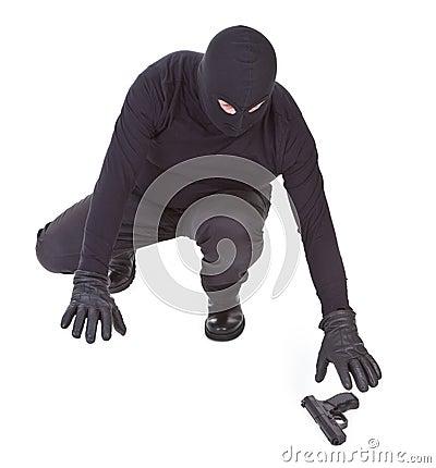 Le bandit essaye de récupérer son arme