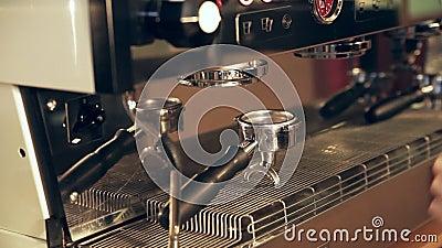 Le barman prépare le filtre dans le support pour le café de lungo banque de vidéos