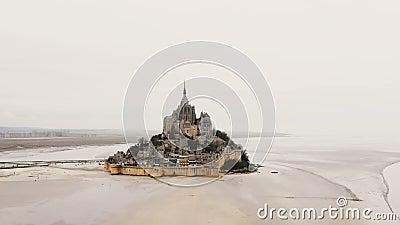 Le bourdon se lève, incline vers le bas au-dessus du château majestueux de Mont Saint Michel, île de marée iconique avec l'abbaye banque de vidéos