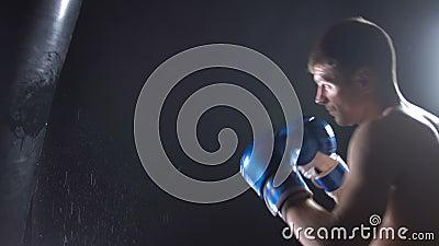 Le boxeur bat la poire de boxeur banque de vidéos