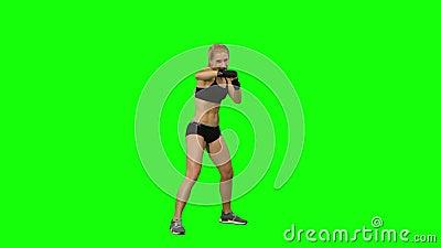 Le boxeur de fille envoie les coups fréquents à l'ennemi Écran vert banque de vidéos