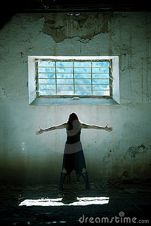 Le braccia hanno alzato la ragazza gotica