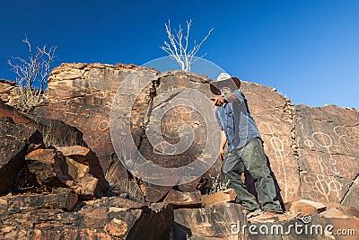 Le camere si rimpinzano del sito aborigeno. Gamme del Flinders. Del sud Fotografia Editoriale