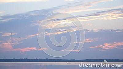 Le canot automobile se déplace rapidement sur le lac ou la rivière à l'aube clips vidéos