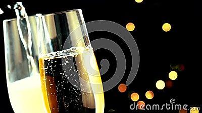 Le champagne se renversant dans des cannelures avec les bulles d'or avec l'arbre de Noël brouillé par clignotement abstrait d'or  banque de vidéos