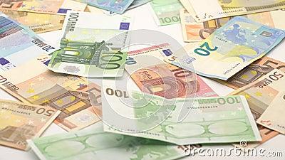 le chariot 4K glissant le tir des euros tombent Billets de banque de diff?rentes valeurs clips vidéos