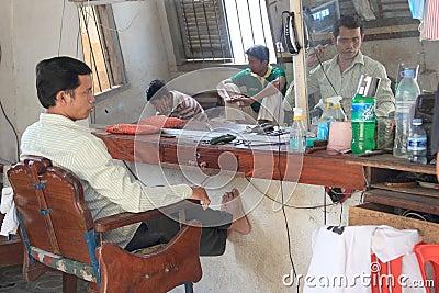 Le coiffeur cambodgien sans travail regarde dans le miroir for Regarde toi dans un miroir