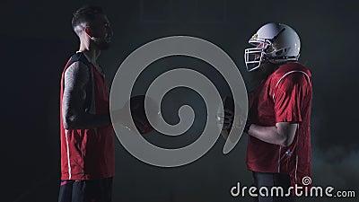 Le collage multi de sports avec le basket-ball, joueurs de football américain se tiennent à travers entre eux Athlètes d'ajusteme banque de vidéos