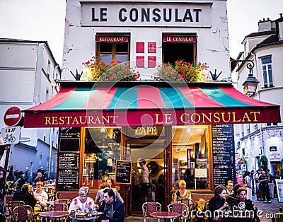 Le consulat restaurant montmartre exterior with diners for Le miroir restaurant montmartre