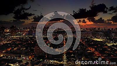 Le contraste est saisissant entre Miami Beach et l'aviation nocturne banque de vidéos