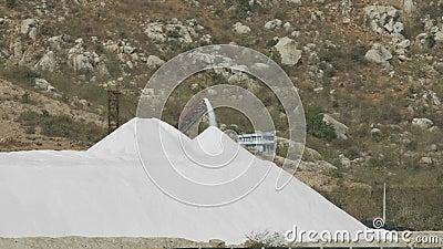 Le convoyeur éloigné de vue verse le sel extrait pour amasser banque de vidéos