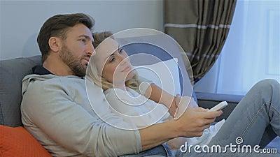 Le couple regarde la TV à la maison clips vidéos