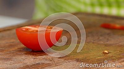 Le cuisinier coupe une tomate en tranches banque de vidéos