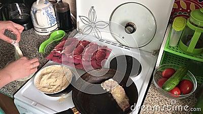 Le cuisinier plonge des morceaux de viande dans la pâte lisse, puis dans la chapelure Près de la poêle la première partie de vian clips vidéos