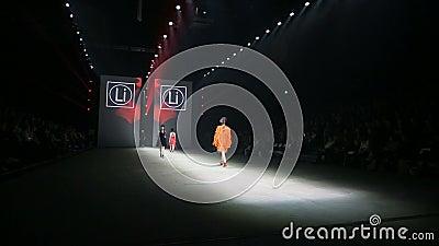 Le défilé de mode pendant la foire I M'AIMENT banque de vidéos