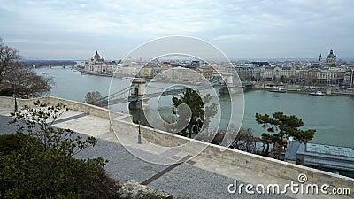Le Danube, toits et le pont à chaînes de Szechenyi à Budapest, Hongrie banque de vidéos