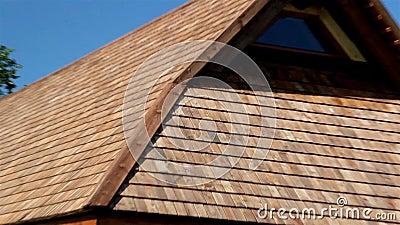 le dessus de toit en bois de bardeau de c dre de la petite cabane en rondins banque de vid os. Black Bedroom Furniture Sets. Home Design Ideas