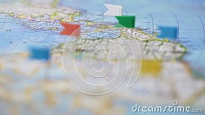 Le destinazioni di viaggio in Nord America hanno segnato con i perni sulla mappa di mondo, turismo stock footage