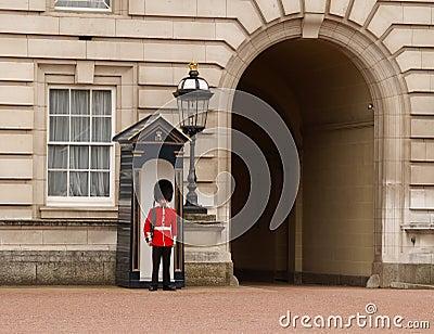 Le dispositif protecteur de la Reine de Buckingham Palace Image éditorial