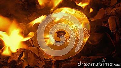 Le disque brûle en feu banque de vidéos