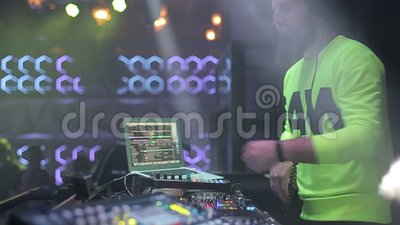 Le DJ dans une boîte de nuit Durée de nuit banque de vidéos