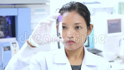 Le docteur dans le laboratoire examine l'échantillon banque de vidéos