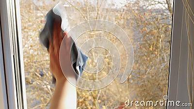 Le donne lavano a mano la chiusura del finestrino di tessuto Pulire la finestra con un panno blu video d archivio
