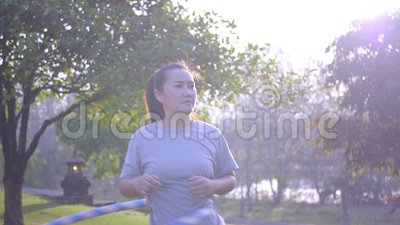 Le donne si allenano, hula-hoop con il sole in fiamme, videografia Daily lifestyle stock footage