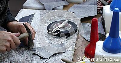 Le fabricant de chaussure, maître, artisan, ouvrier est fabrication, le produit, chaussures dans un petit atelier banque de vidéos